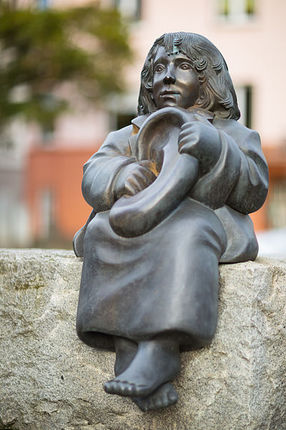 Sculpture_Momo_Ulrike_Enders_Michael-Ende-Platz_Hanover_Germany.jpg